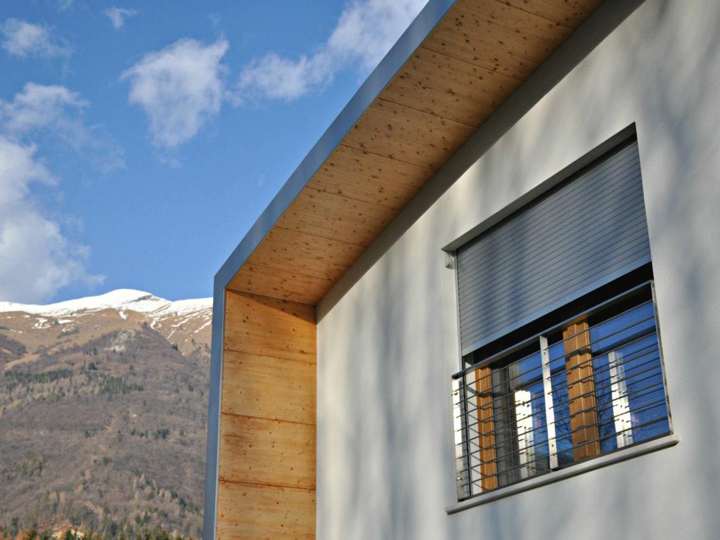 Tapparella avvolgibile mini con cassonetto esterno abitazione moderna a Belluno con vista su monte Serva