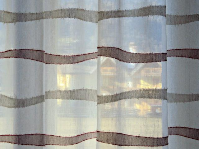 Tenda arricciata a ondine con tessuto filtrante semitrasparente provincia Belluno