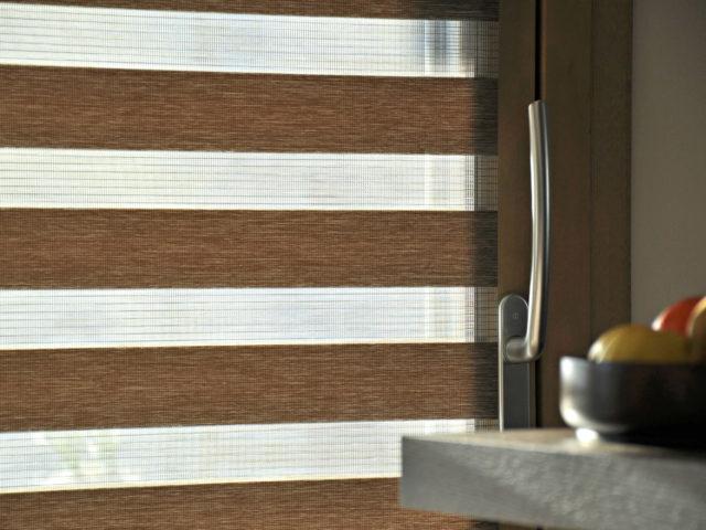 tenda a rullo resstende modello stripes oscurante e filtrante a Belluno