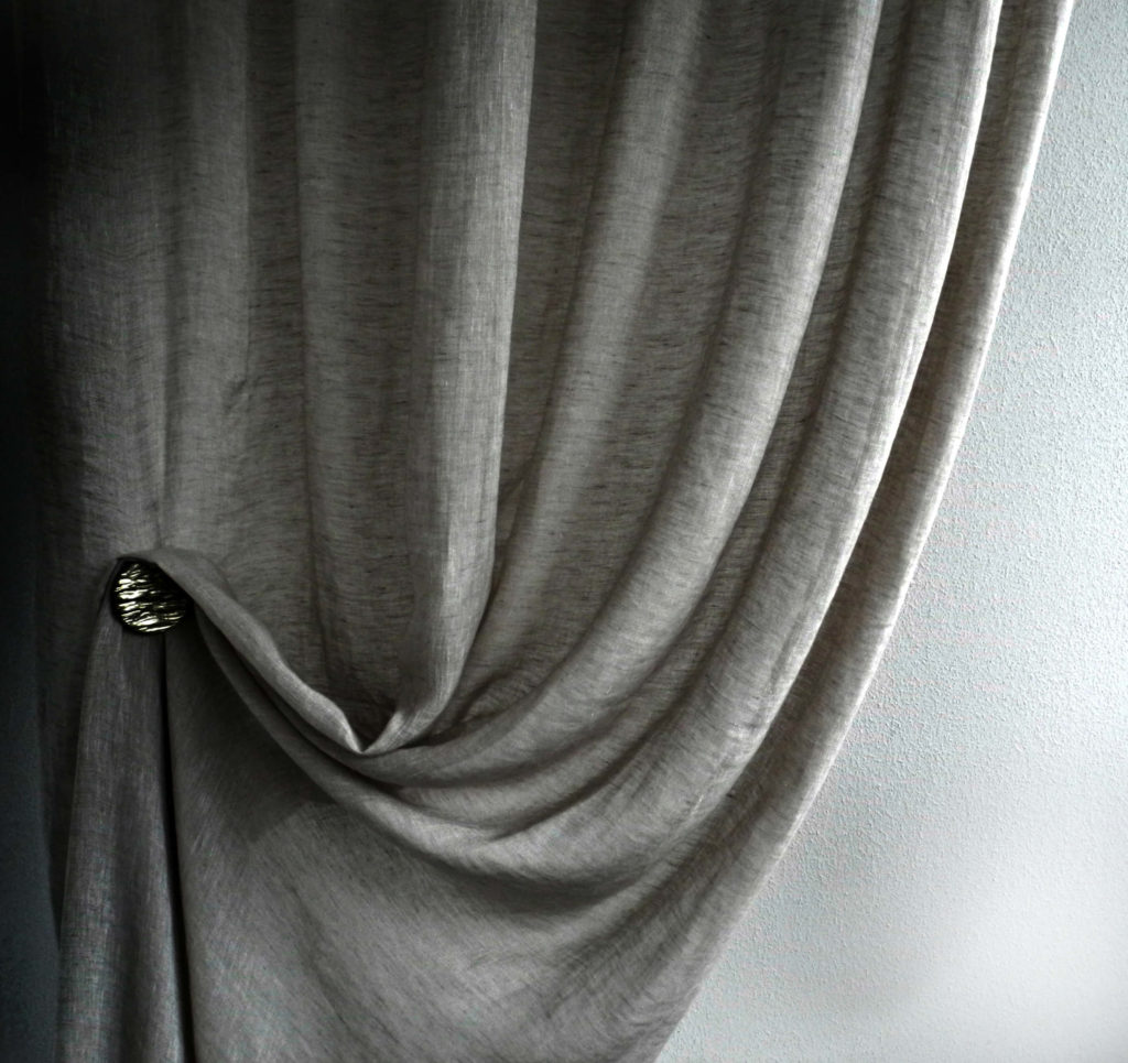 Una tenda arricciata grigia, interior design by Imap Casa